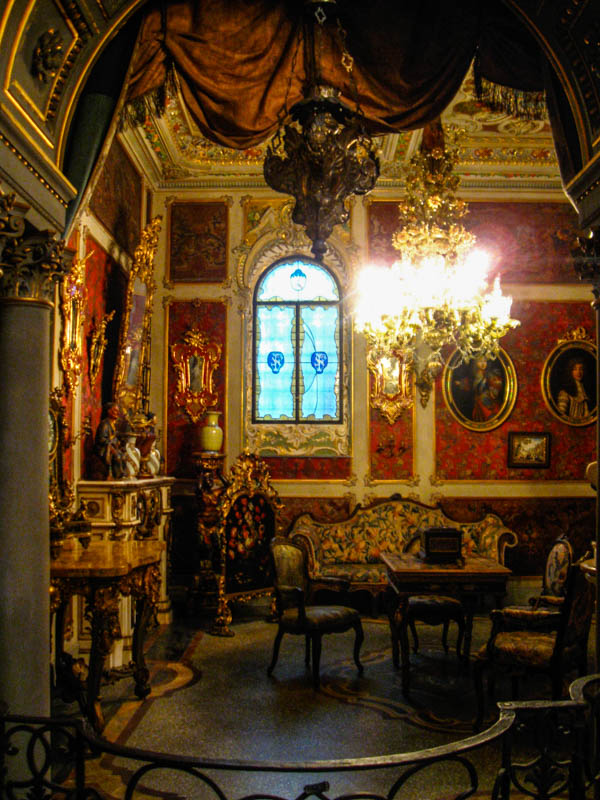 A room in the Museo Stibbert, Florence. (Photo by Sailko)