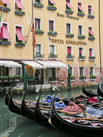 The gondolas at the Bacino San Orseolo in front of the Hotel Cavaletto