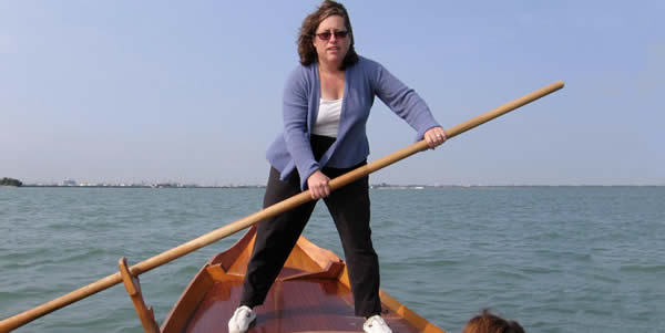 A gondola rowing lesson in Venice